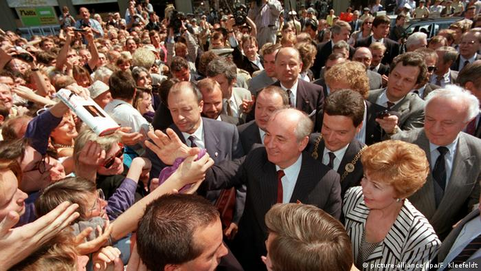 Mikhail Gorbachev and his wife Raisa in Bonn on June 13, 1989