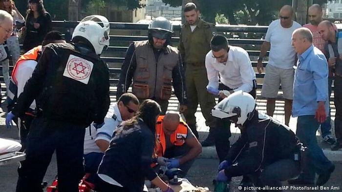 نیروهای امدادگر در اطراف سربازی که روی یک پل در تلآویو با ضربات چاقو به سختی مجروح شد