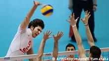 Bildunterschrift:Alireza Nadi (L) of Iran spikes the ball over Nikola Kovacevic (back/2nd L) and Marko podrascanin (#18) of Serbia during their match in the men's volleyball qualifying tournament for the London Olympics in Tokyo on June 9, 2012. Serbia qualified for the Olympics following the victory over Iran 30-28, 30-28, 25-22. At 2nd R (#8) is Faramarz Zarf Ahangaran of Iran. AFP PHOTO/Toru YAMANAKA (Photo credit should read TORU YAMANAKA/AFP/GettyImages)