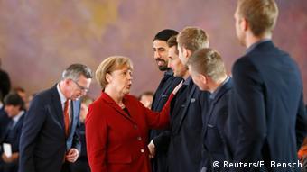 Merkel mit Spielern Silbernes Lorbeerblatt für die DFB Nationalmannschaft 10.11.2014 Berlin