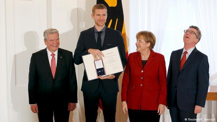 Gauck Silbernes Lorbeerblatt für die DFB Nationalmannschaft 10.11.2014 Berlin