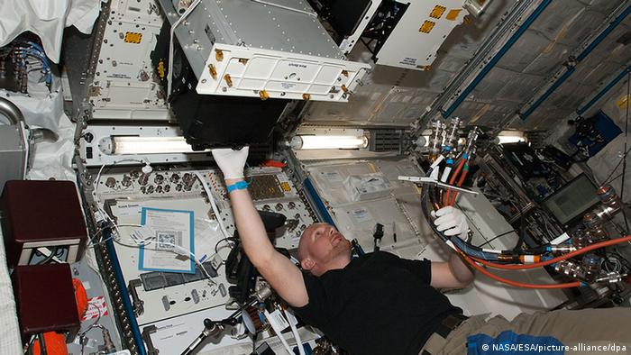 Astronaut Alexander Gerst conducting an Experiment (NASA/ESA/picture-alliance/dpa)