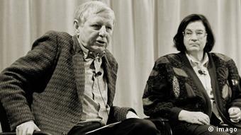 Ο Χανς Mάγκνους Εντσενσμπέργκερ με την Ανατολικογερμανίδα συγγραφέα Κρίστα Βολφ το 1994