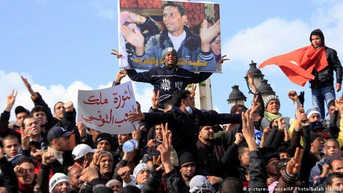 Des manifestants brandissent un portrait de Mohamed Bouazizi, en 2011