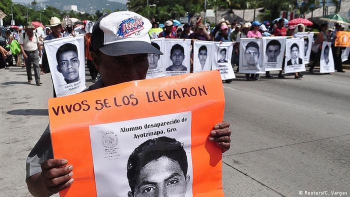 Manifestación en Acapulco por la desaparición de los 43 de Ayotzinapa.