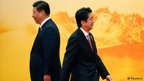 Japan's Shinzo Abe (R) and China's Xi Jinping 11.11.2014 Beijing (Reuters)