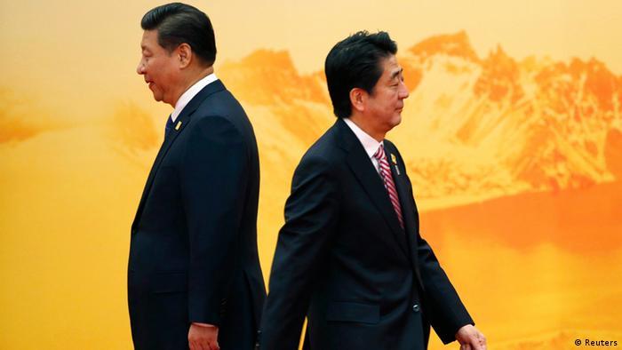 Japan's Shinzo Abe (R) and China's Xi Jinping 11.11.2014 Beijing