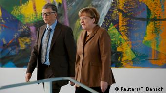 Bill Gates and Merkel stroll together in 2014 (Reuters/F. Bensch)