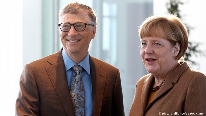 Bill Gates (izq.) durante una reunión con Angela Merkel en 2014