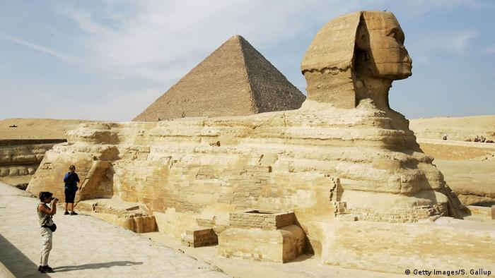 Liegende Sphinx-Skulptur zwischen den Pyramiden.