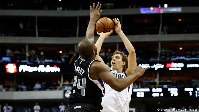 Szene aus dem Basketball-Spiel Dallas Mavericks gegen Sacramento Kings mit Superstar Dirk Nowitzki (Foto: picture-alliance/AP Images)