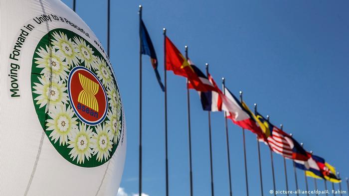 Myanmar Asean-Gipfel in Naypyidaw eröffnet Flaggen