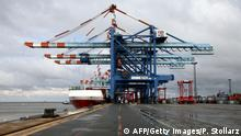 Bildunterschrift:Container ships of the Maersk Line are unloaded by cranes at the North port terminal in Bremerhaven, nothern Germany, on August 30, 2010. Bremerhaven is the fourth biggest Container Terminal in Europe and hosts ocean carrier Maersk Line. AFP PHOTO PATRIK STOLLARZ (Photo credit should read PATRIK STOLLARZ/AFP/Getty Images)