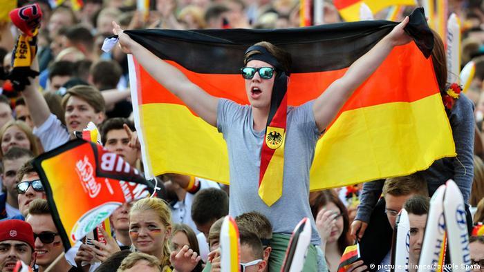 Symbolbild Deutschland Fußball Fans WM Fahne