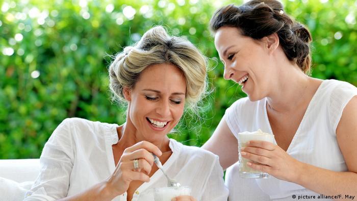 Zwei Freundinnen trinken zusammen Latte Macchhiato (Symbolbild)