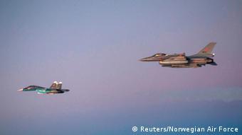 Norwegen Russland Kampfflugzeug Su-34 eskortiert von norwegischem Flugzeug