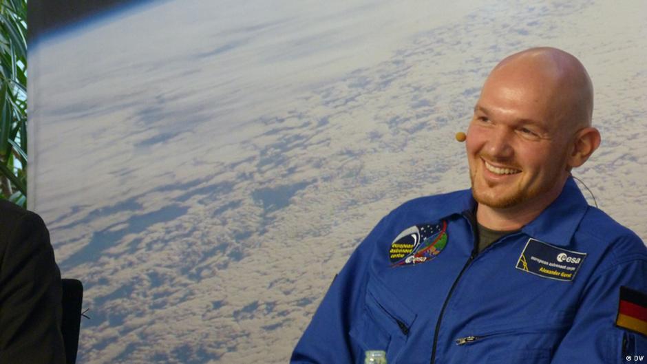 """""""Testes no espaço devem melhorar vida na Terra"""", diz astronauta alemão   DW   19.11.2014"""