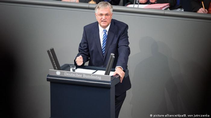 Peter Hintze, uno de los seis vicepresidentes del Parlamento alemán, murió a los 66 años este domingo. Era uno de los hombres de confianza de Merkel y tuvo una dilatada trayectoria política. (27.11.2016)