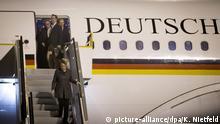 Bundeskanzlerin Angela Merkel (CDU) geht nach rund 24-stündiger Flugzeit am 13.11.2014 auf dem Flughafen in Auckland die Gangway vom Airbus A340 der Luftwaffe hinunter. Die Kanzlerin besucht neben Neuseeland auch den G20-Gipfel in Brisbane in Australien und fliegt anschließend weiter nach Sydney. Foto: Kay Nietfeld/dpa