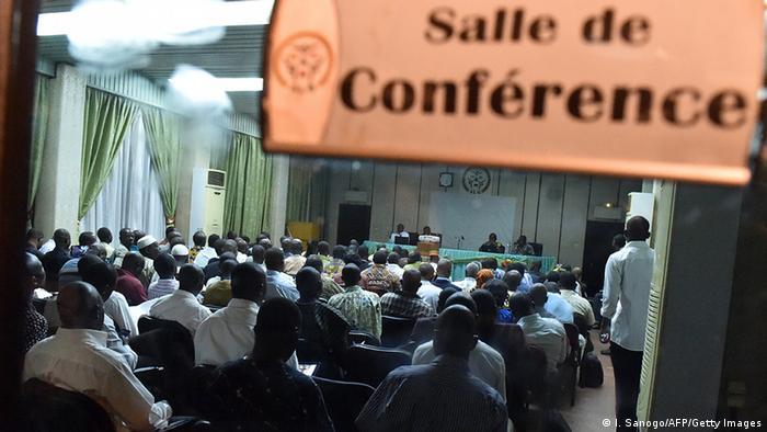 Teilnehmer der Verhandlungen für ein Übergangsabkommen in Ouagadougou (Foto: AFP)