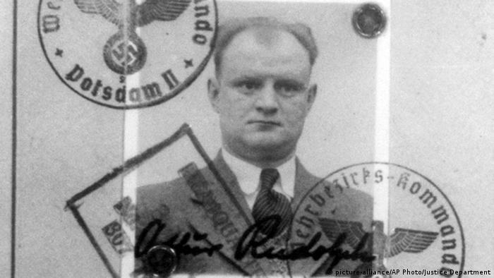 Zdjęcie Arthura Rudolpha z niemieckiego dokumentu tożsamości z hitlerowskimi pieczątkami