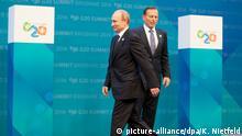 Russlands Präsident Wladimir Putin (l) wird am 15.11.2014 in Brisbane (Queensland) von Australiens Prmierminister Anthony John Tony Abbot beim G20-Gipfel begrüßt. Das australische Brisbane steht bis 16.11.2014 im Zentrum der Weltpolitik. Der Gipfel will Wachstum und Beschäftigung weltweit ankurbeln. Außerdem sprechen die Staats- und Regierungschefs über den Kampf gegen die Terrormiliz IS und die Ebola-Epidemie. Foto: Kay Nietfeld/dpa +++(c) dpa - Bildfunk+++
