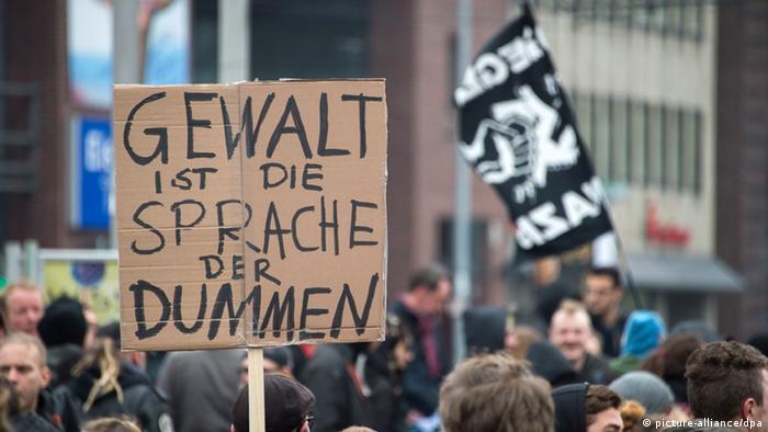 Gegendemonstranten protestieren gegen Hooligan-Demo in Hannover (Foto: dpa)