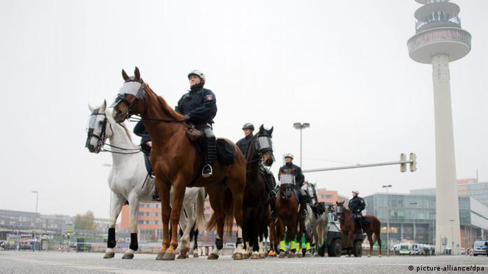 Polizisten sichern Hooligan-Demo in Hannover 15.11.2014 (Foto: dpa)