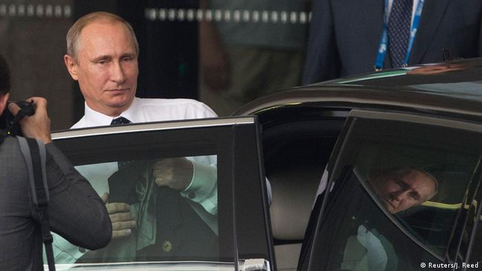 Путин садится в автомобиль