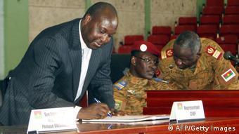 Armee und Opposition unterzeichnen Übergangscharta in Burkina Faso (Foto: STR/AFP/Getty Images)