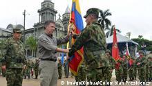 Kolumbien Präsident Juan Manuel Santos und General Ruben Dario Alzate Mora