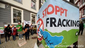 Demonstranten halten ein Plakat gegen Fracking hoch. (Foto: dpa)