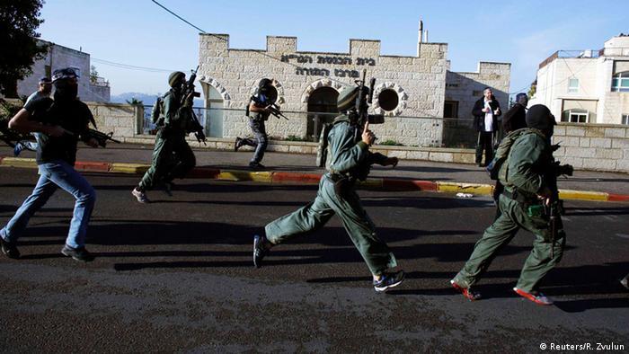 Израильские солдаты в Иерусалиме после нападения на синагогу
