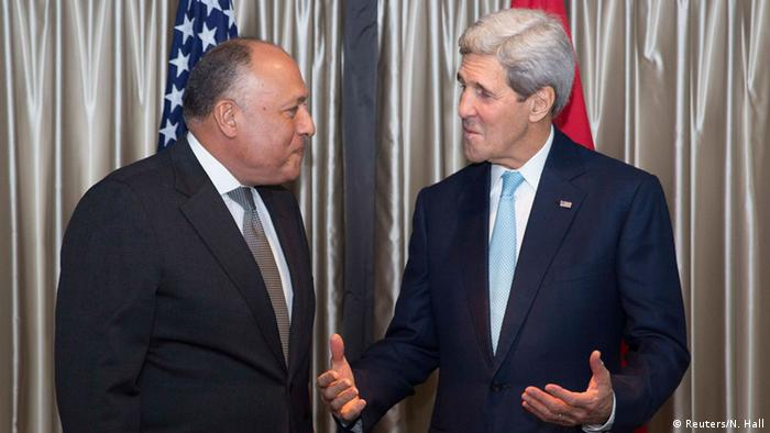 US Secretary of State John Kerry (R) meets Egypt's Foreign Minister Sameh Shoukry in London November 18, 2014 (Photo: REUTERS/Neil Hall)