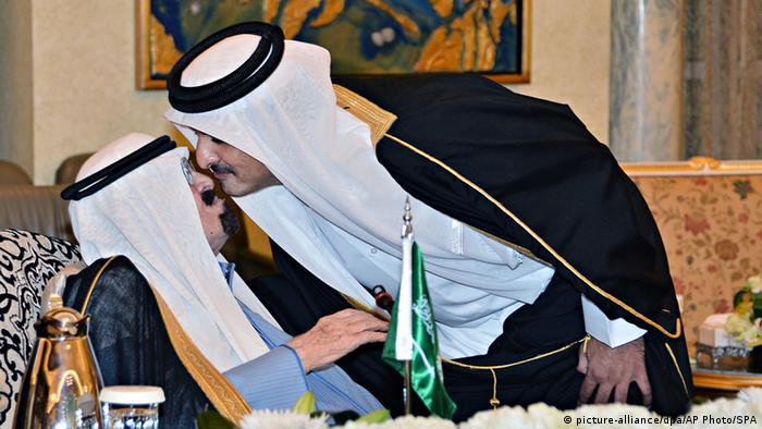 Saudi-Arabien König Abdullah und Scheich Tamim bin Hamad Al Thani Treffen in Riad 16.11.2014 (picture-alliance/dpa/AP Photo/SPA)