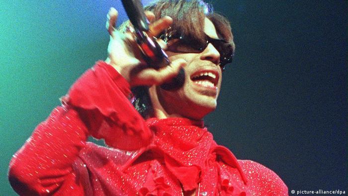 Conciertos en serie le causaban a Prince gran dolor en las manos (archivo)