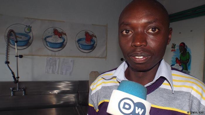 Shafi Abdallah of Kibera's Human Needs Project talks into a DW microphone