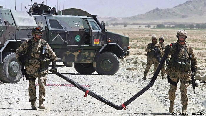 German soldiers of NATO's International Security Assistance Force (ISAF) arrive at the site of a bomb blast on the outskirts of Kabul, Afghanistan 15 August 2007 (Photo: EPA/SYED JAN SABAWOON +++(c) dpa - Report+++ pixel)