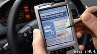 Водитель ищет пассажиров при помощи наладонного компьютера