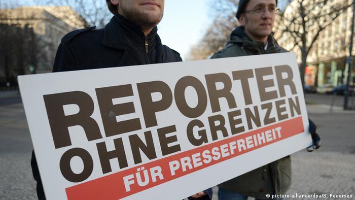 Mitarbeiter von Reporter ohne Grenzen fordern auf einem Transparent Pressefreiheit (Foto: dpa)