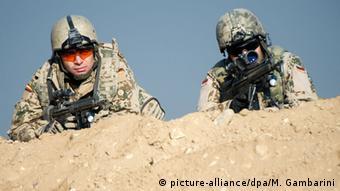 Bundeswehrsoldaten liegen am 23.12.2013 im Camp Marmal in Masar-i-Scharif während einer Übung mit ihren Waffen in Stellung. (Foto: Maurizio Gambarini/dpa)