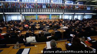 Hunderte Delegierte bei der Welternährungskonferenz (Foto: picture alliance/AP/Riccardo De Luca)