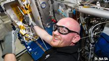 ISS041-E-000184 (11 Sept. 2014) --- European Space Agency astronaut Alexander Gerst, Expedition 41 flight engineer, works with Electromagnetic Levitation (EML) hardware in the Columbus laboratory of the International Space Station. Quelle: NASA