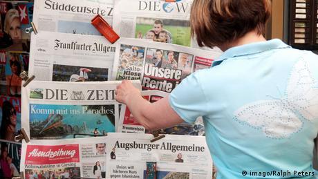 Frau vor einem Zeitungsständer (Rechte: imago/Ralph Peters)