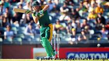 epa04489044 South African cricketer AB de Villiers bats during the first one day international (ODI) cricket match between Australia and South Africa at the WACA ground in Perth, western Australia, 14 November 2014. EPA/RICHARD WAINWRIGHT AUSTRALIA AND NEW ZEALAND OUT +++(c) dpa - Bildfunk+++