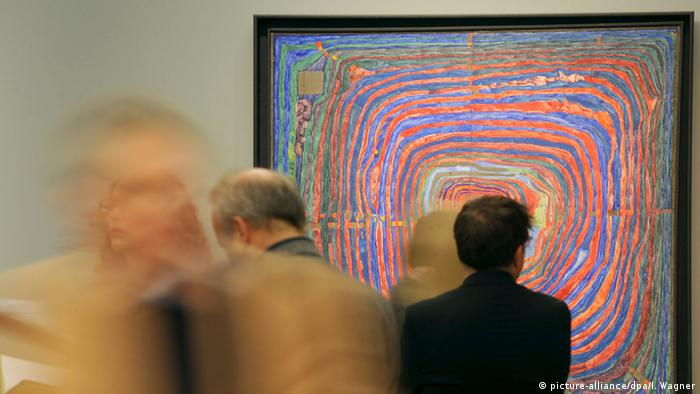 Man standing in front of painting at Hundertwasser exhibition (picture-alliance/dpa/I. Wagner)
