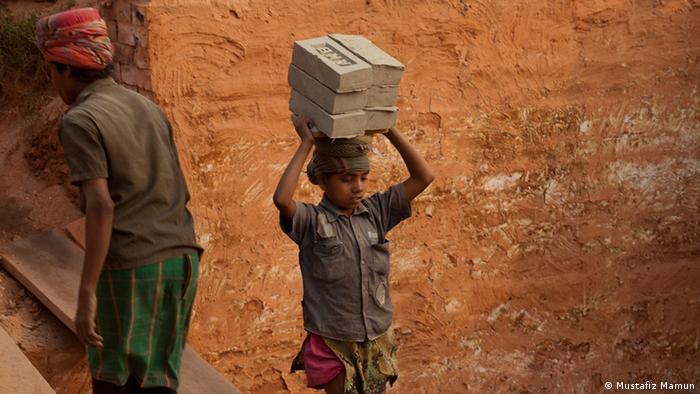 Menina carrega pedras em Bangladesh