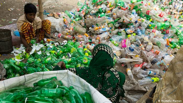 Crianças separam garrafas de plástico em Bangladesh