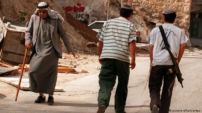 Bewaffnete israelische Siedler in Hebron Archiv