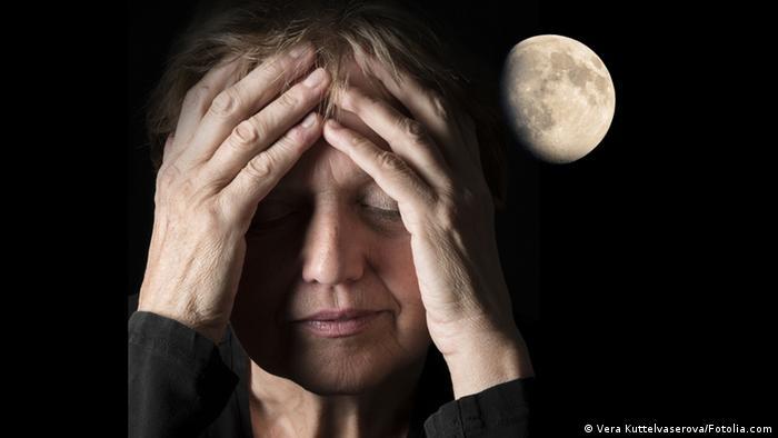 Symbolbild Schlaflosigkeit Insomnia Frau Mond